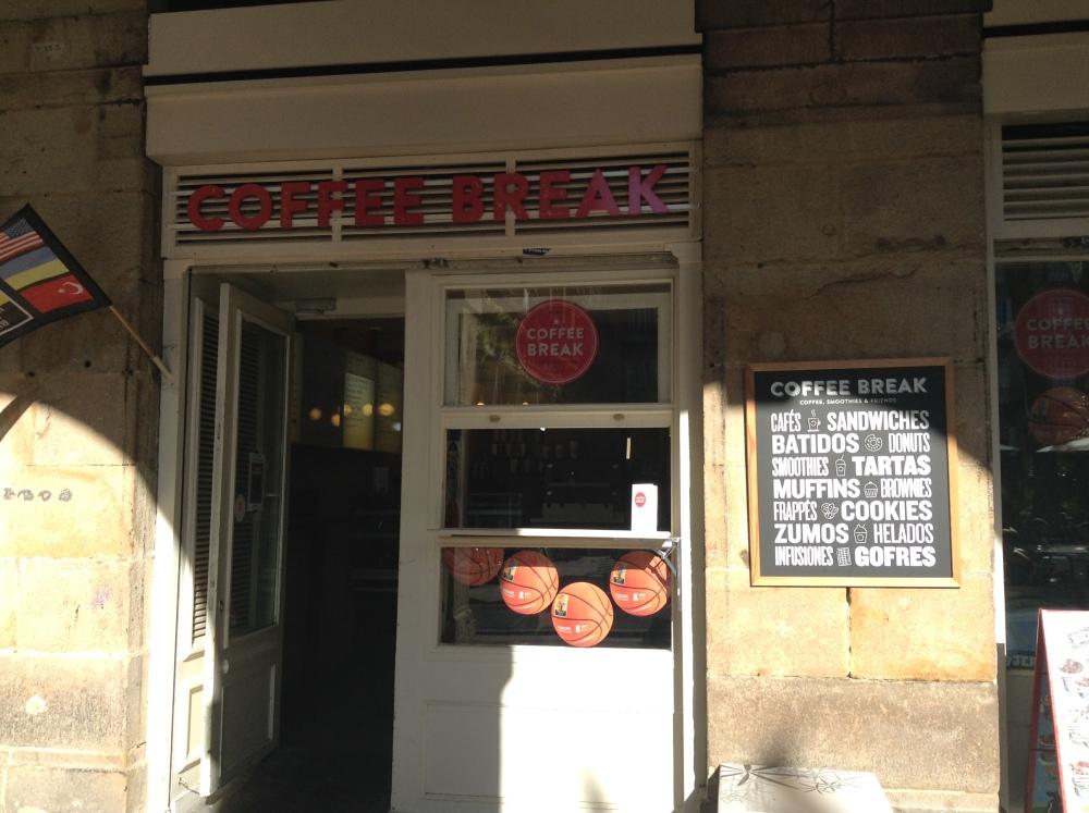 A relaxing cup of café con leche in Bilbao. (4/6)