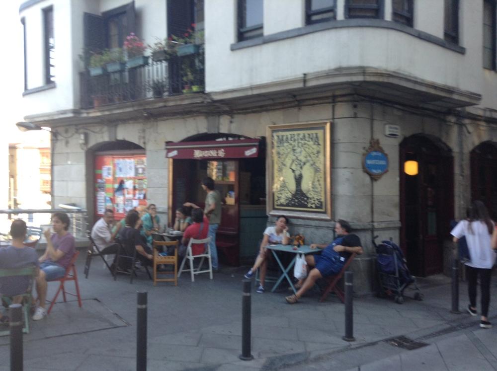 A relaxing cup of café con leche in Bilbao. (3/6)