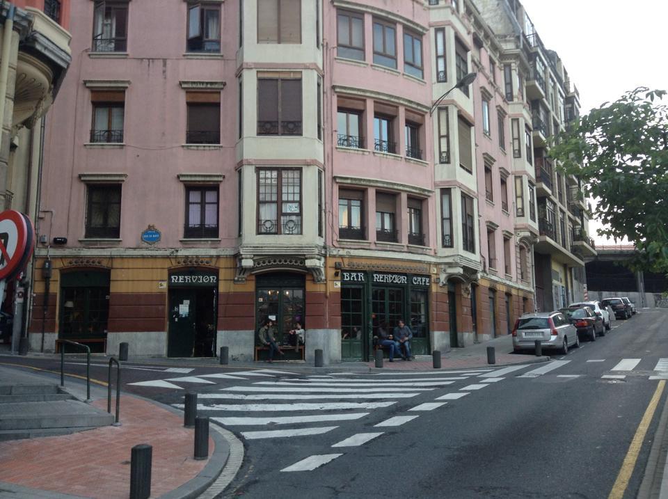 A relaxing cup of café con leche in Bilbao. (2/6)